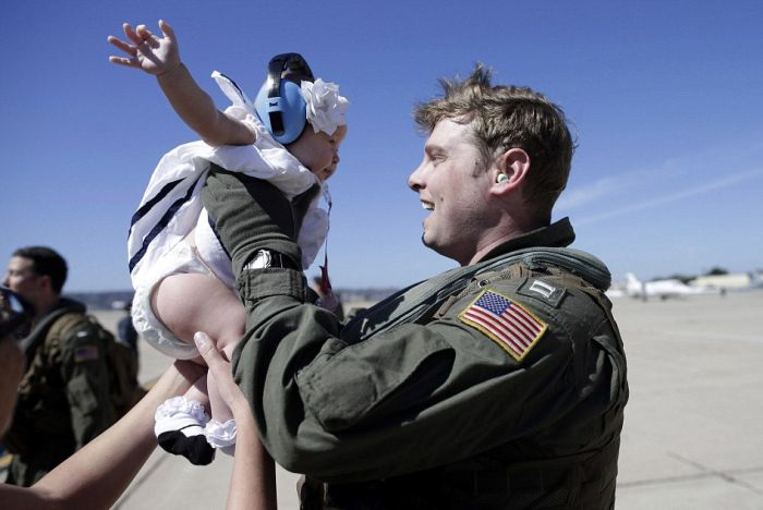 US Navy Officer Returns And Meets His Daughter For The First Time Ever (3 pics)