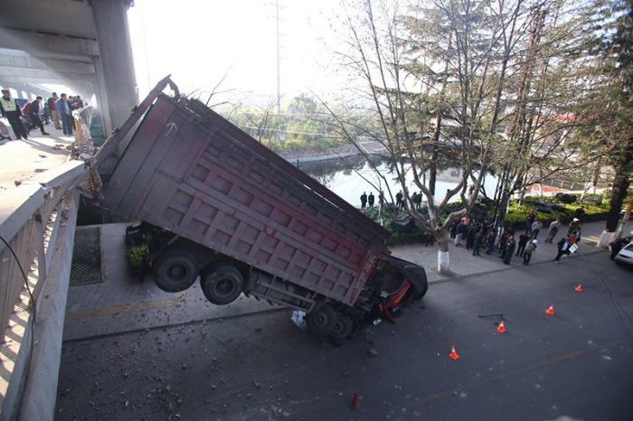 The Driver Of This Truck Is Lucky To Be Alive (9 pics)