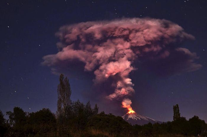 Villarrica Volcano Lights Up The Sky In Chile (15 pics)