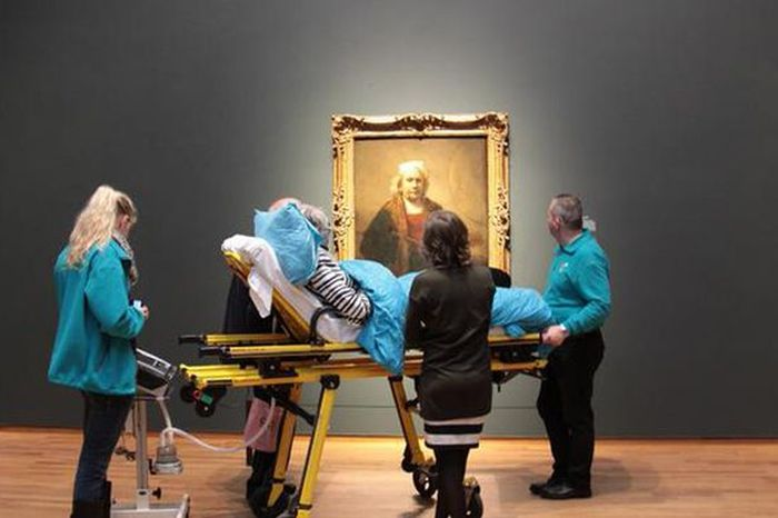 Ambulance Workers Take Terminally Ill Patient To See Her Favorite Painting (2 pics)