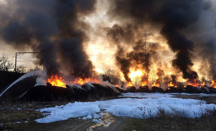 Enormous Fire In Essex Shuts Down Roads And Railways (10 pics)