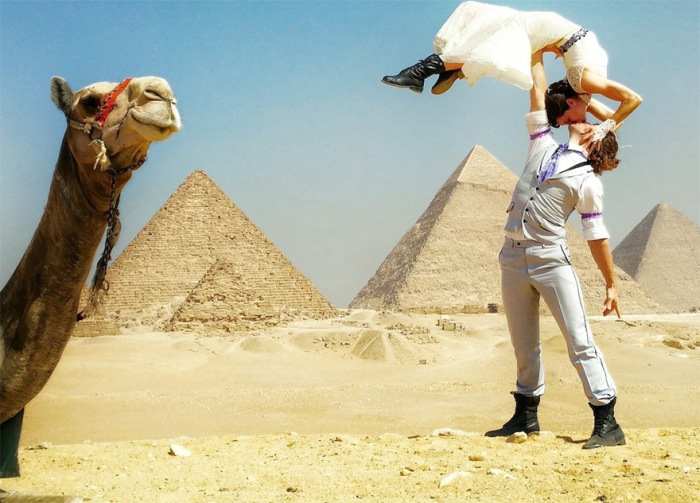 Acrobat Couple Gets Married 38 Times In 38 Different Places (17 pics)