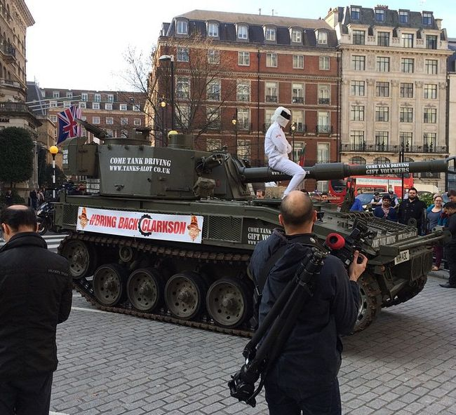 Top Gear Fans Deliver A Petition To Bring Back Clarkson With A Tank (5 pics)