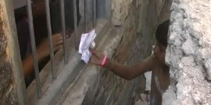 Parents Climb Up A Wall To Help Their Kids Cheat At School In India (5 pics)