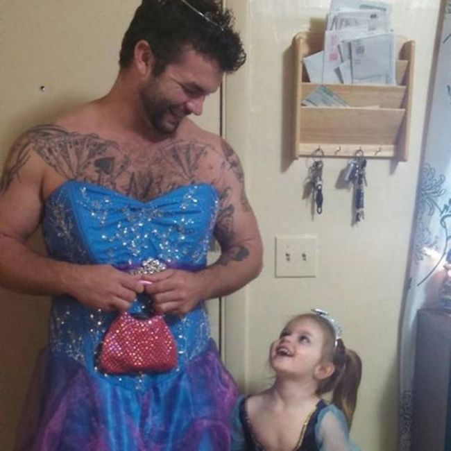 Uncle Wears Princess Costume To The Movie Theater To Comfort His Niece (3 pics)
