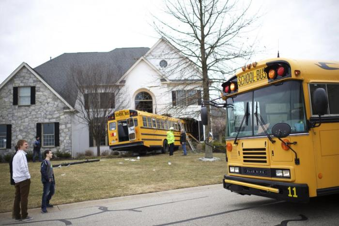 School Bus Comes Crashing Right Into The Living Room (7 pics)