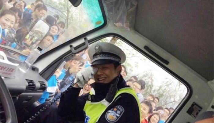 Runners In China Abandon Marathon To Take Selfies With A Cop (9 pics)