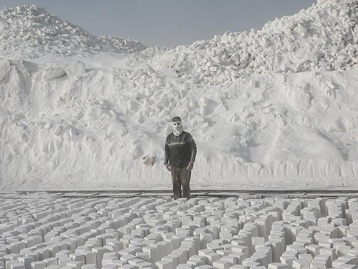 Workers At Egypt's Limestone Quarries Have A Very Dangerous Job (19 pics)