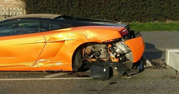 Driver Crashes $250,000 Lamborghini And Laughs It Off (3 pics)