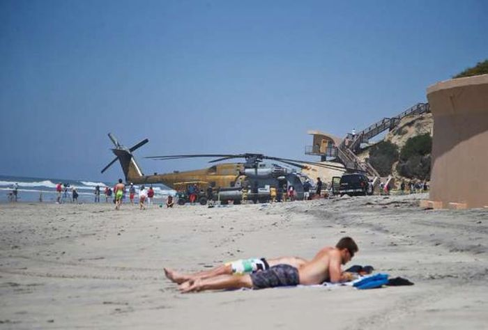 Marines Make An Emergency Helicopter Landing On A California Beach (5 pics + video)