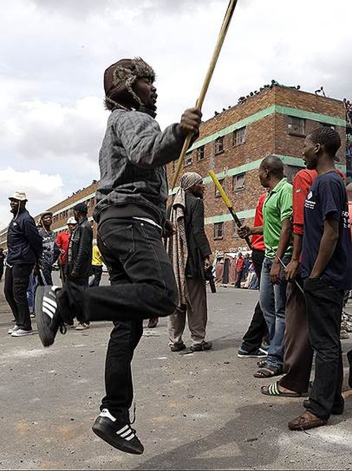 Angry Mobs Attack Stores Owned By Immigrants In Johannesburg (30 pics)