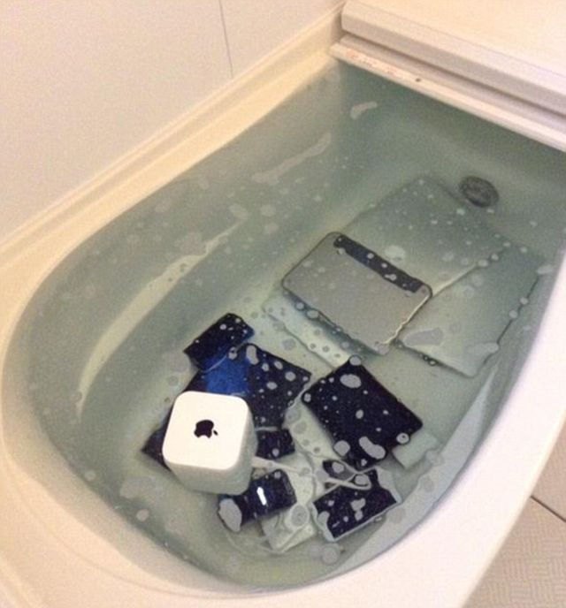 Apple Collection Gets Thrown In A Bathtub By Angry Girlfriend (2 pics)