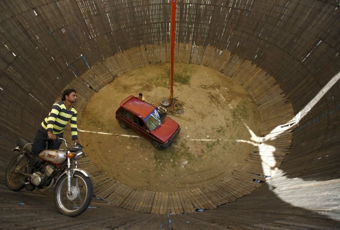 The Well Of Death In Nepal Is An Extreme Attraction (9 pics)
