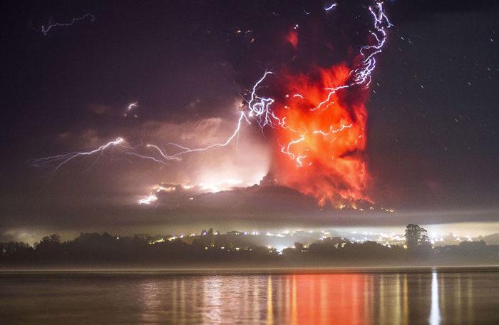Stunning Photos Of Chile's Calbuco Volcano Erupting (16 pics)