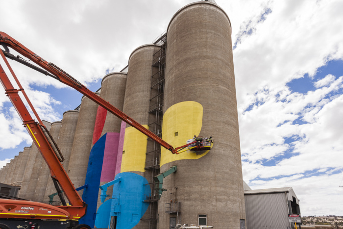 Grain Silos In Western Australia Get A New Paint Job (17 pics)