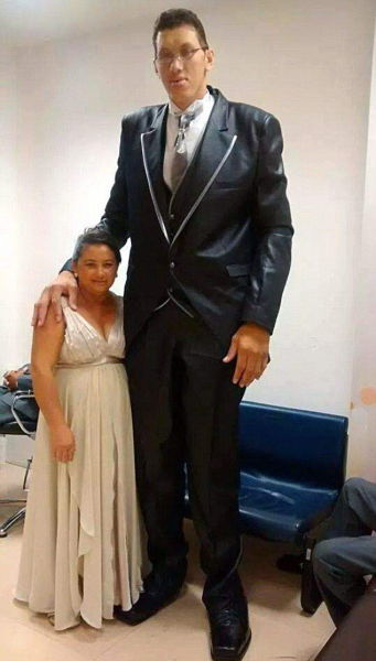 This Mismatched Couple Doesn't Let Size Get In The Way Of Love (10 pics)