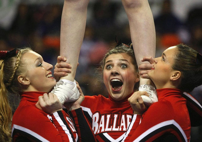 When Cheerleaders Make Awkward Faces (16 pics)