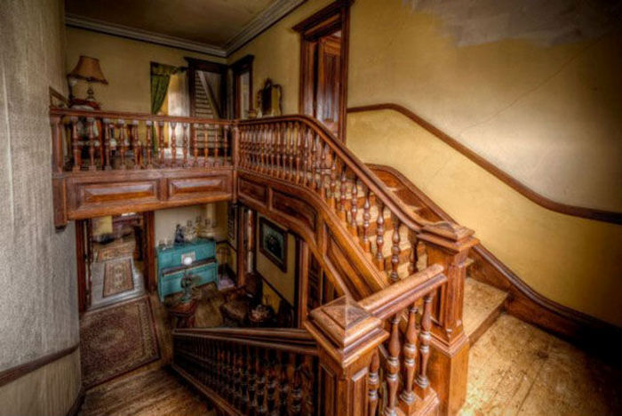 Find Out Why No One Wants To Buy This Beautiful Mansion (7 pics)