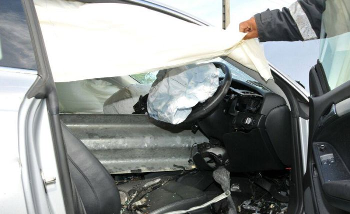 It's Amazing That No One Was Killed In This Brutal Car Crash (4 pics)