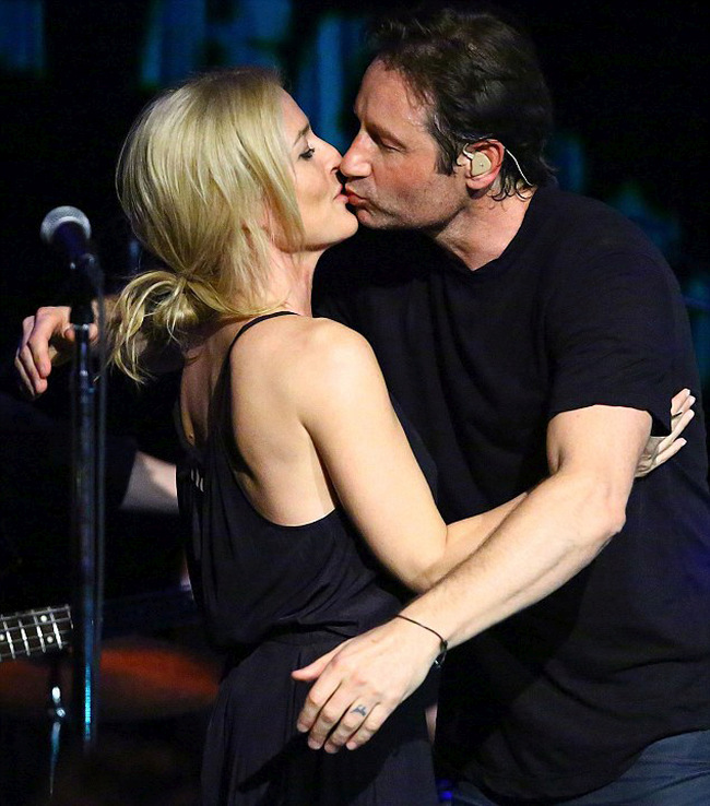 David Duchovny And Gillian Anderson Lock Lips At A Concert In New York (7 pics)