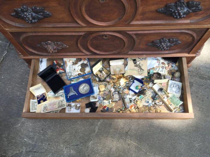 Texas Man Finds Hidden Treasure At An Estate Sale (3 pics)
