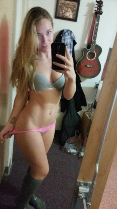 These Sexy Girls Just Don't Want To Keep Their Clothes On (40 pics)