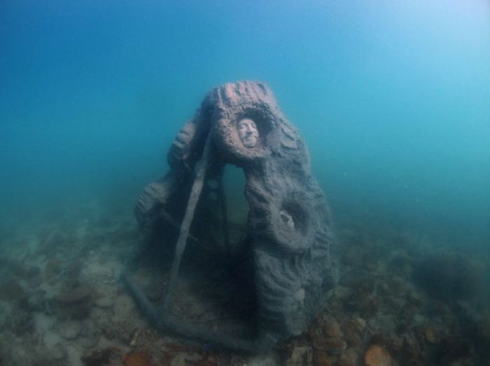 Man Builds A Sculpture And Leaves It In The Ocean To Get Covered By Corals (5 pics)