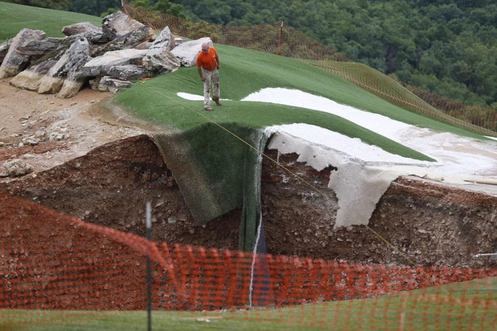 Missouri Golf Course Gets Swallowed By A Sinkhole That's 35 Feet Deep  (4 pics)