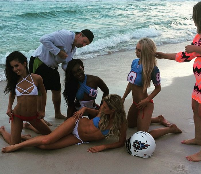 Tennessee Titans Cheerleaders Get Wet And Wild For A Bikini Photo Shoot (13 pics)