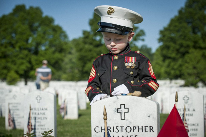 Heartbreaking Scene At Marine's Grave On Memorial Day (8 pics)