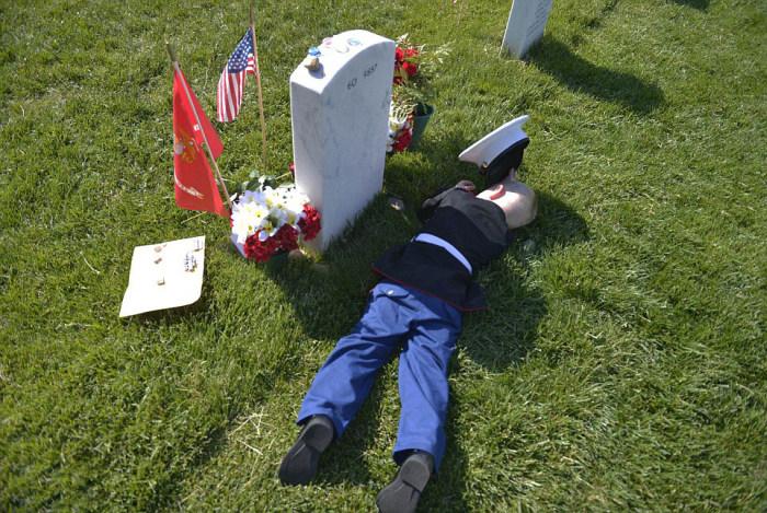 Heartbreaking Scene At Marine's Grave On Memorial Day (8 pics)