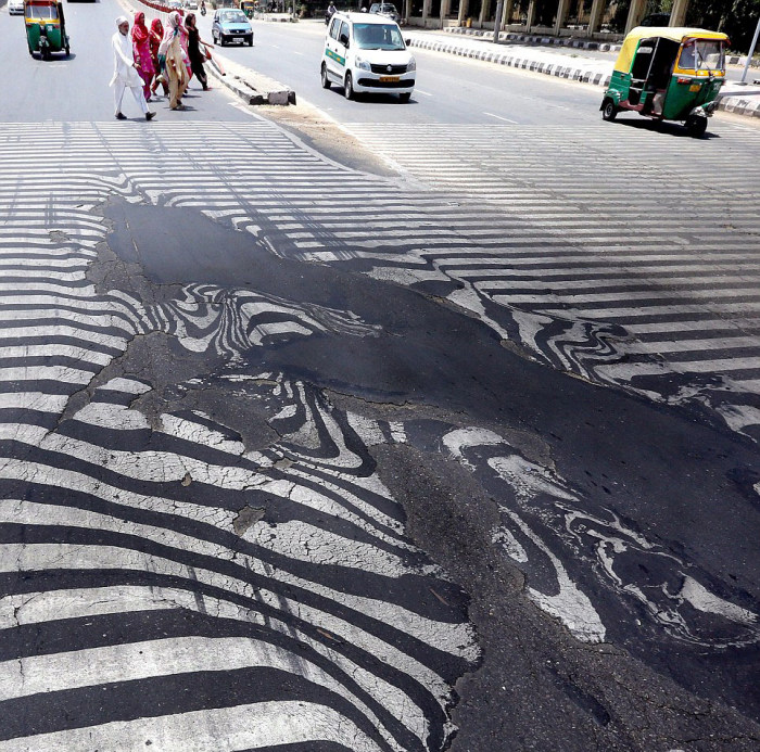 Extreme Heat Is Melting The Roads In New Delhi (4 pics)