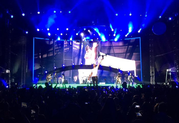 Enrique Iglesias Got His Fingers Sliced Open By A Drone During A Concert (8 pics)