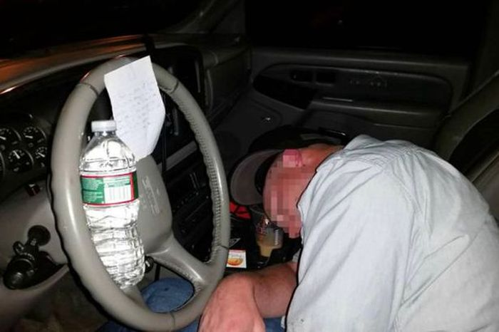 The Drunk Knight Leaves Hilarious Note For Man Passed Out In His Car (2 pics)