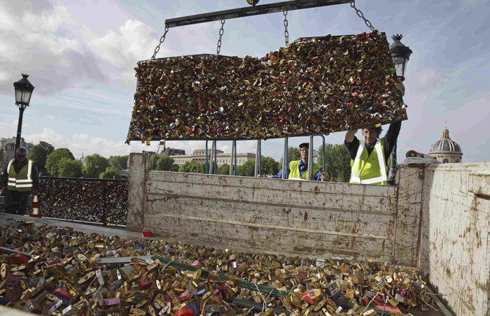 Paris Has Removed Thousands Of Padlocks From The Pont des Arts Bridge (20 pics)