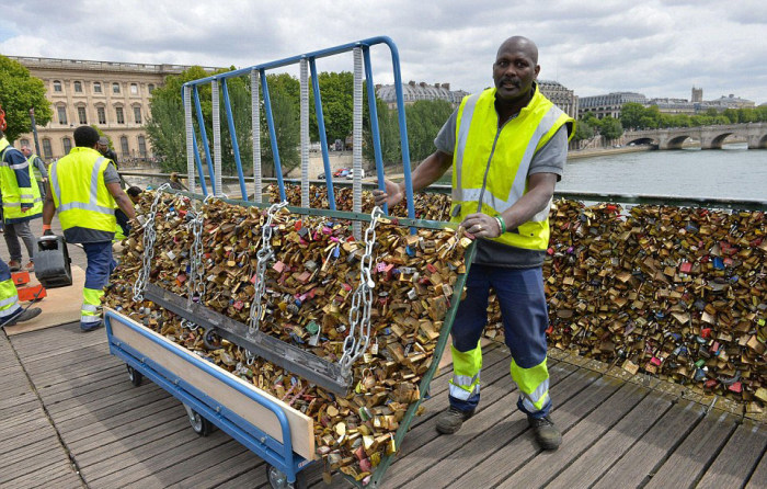 Paris Has Removed Thousands Of Padlocks From The Pont des Arts Bridge (20 pics)