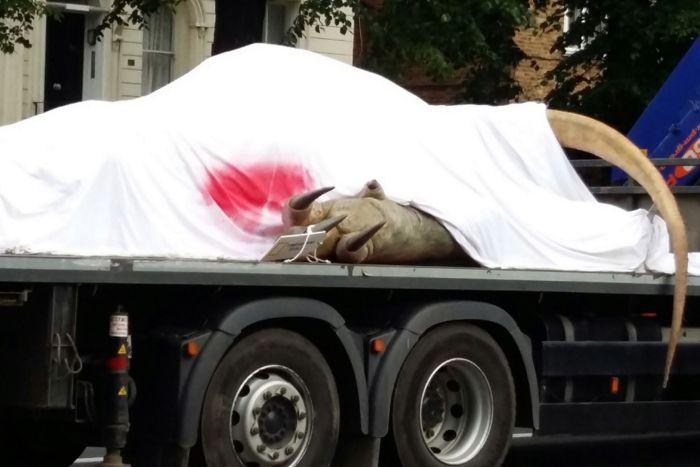 Why Is There A T-Rex On The Back Of A Truck In London? (10 pics)