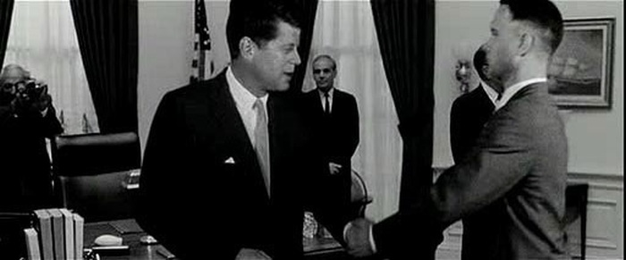 Tom Hanks Shakes Hands With John F. Kennedy On The Set Of Forrest Gump (2 pics)