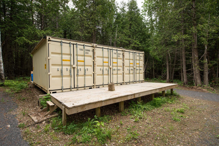 You Would Never Guess There's A Cabin In These Containers (8 pics)