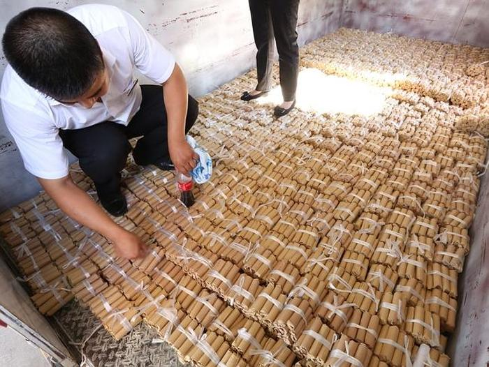 Man Purchases A New Car Using $140,000 In Coins (5 pics)