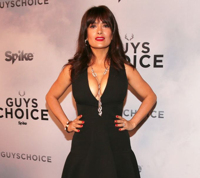 Salma Hayek Flashes Some Major Cleavage At The Guys Choice Awards (6 pics)