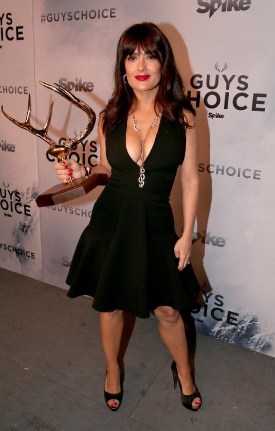 Salma Hayek Flashes Some Major Cleavage At The Guys Choice Awards (6 pics)