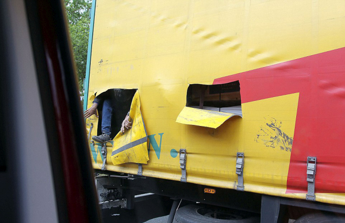 Illegal Immigrants Cut Their Way Out Of A Truck And Try To Escape (8 pics)
