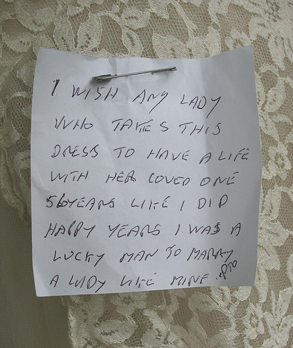 Old Man Donates His Wife's Wedding Dress With A Heartwarming Note (2 pics)
