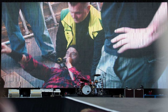 Dave Grohl Broke His Leg During A Foo Fighters Concert And Finished The Show  (3 pics + video)