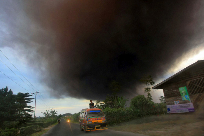 Rumbling Volcano Forces Thousands Of Indonesian Villagers To Leave Their Homes (10 pics)