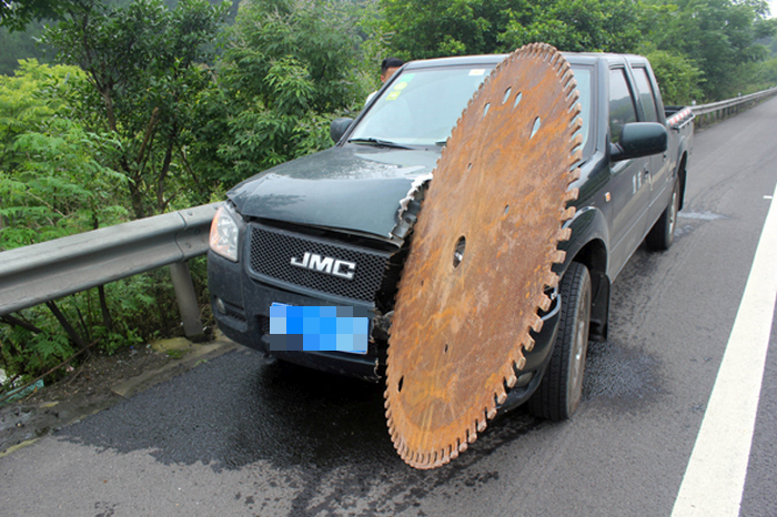 Driver Gets Lucky After A Giant Saw Blade Crashes Into His Car (3 pics)