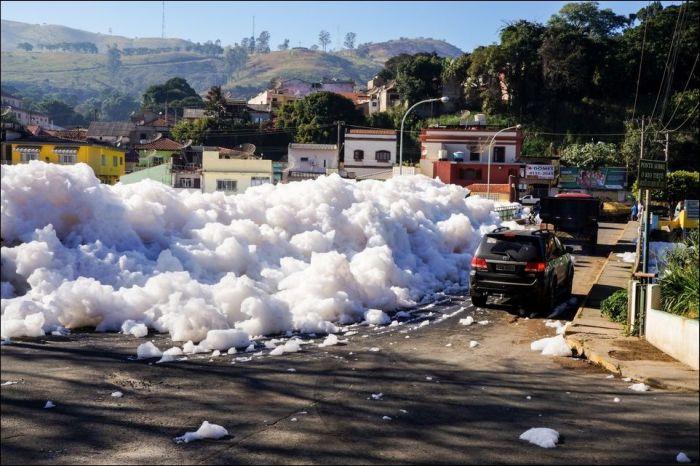 Toxic Foam Is Flooding The Streets Of Sao Paulo (5 pics)