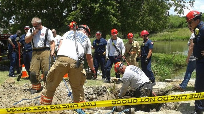 Firefighters Rescue Full Grown Horse From A Sinkhole (10 pics)