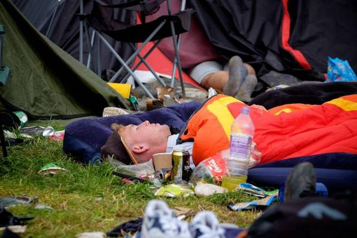 Photos That Capture The Exhausting Aftermath Of Glastonbury (37 pics)